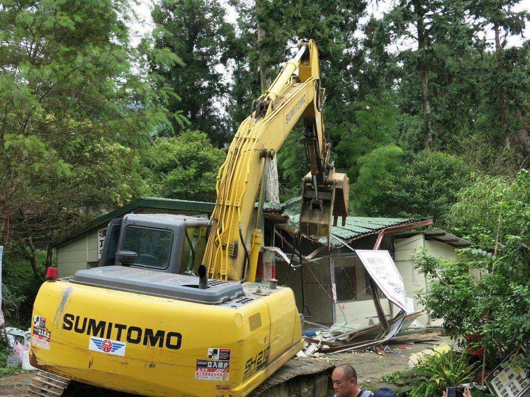台灣實驗林順利完成拆除溪頭莊家所占用的「有緣特產行」從此成為一片廢墟。記者黑中亮...