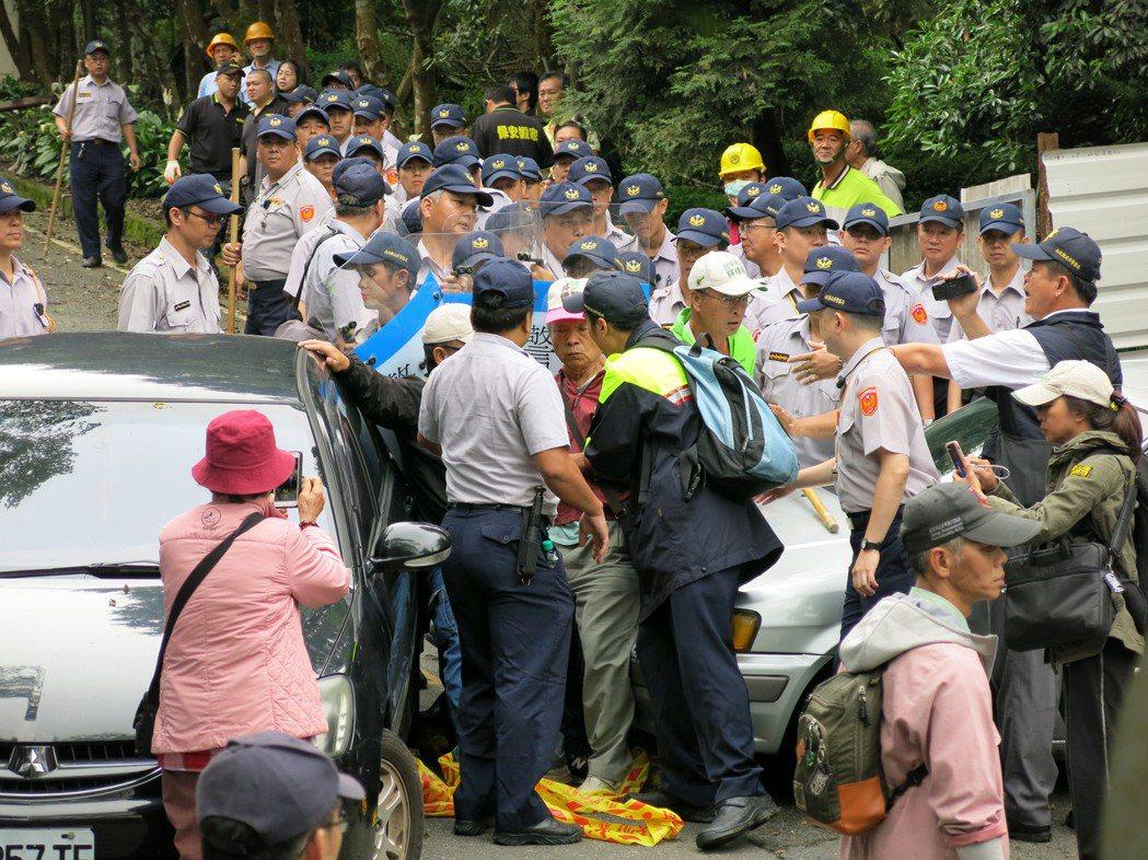 台灣實驗林順利完成拆除溪頭莊家所占用的公共設施用地,過程發生嚴重推擠拉扯。記者黑...