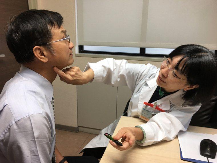 醫生替患者檢查淋巴。 記者鄧桂芬/攝影