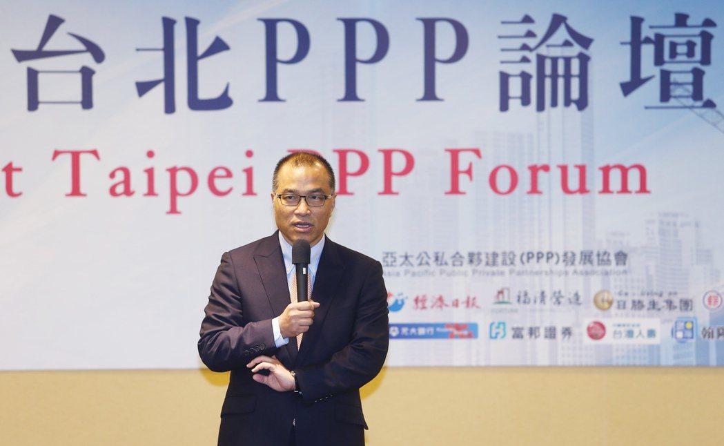 亞太公私合夥建設(PPP)發展協會理事長葉匡時說明台灣基礎建設目前的困境。記者杜...