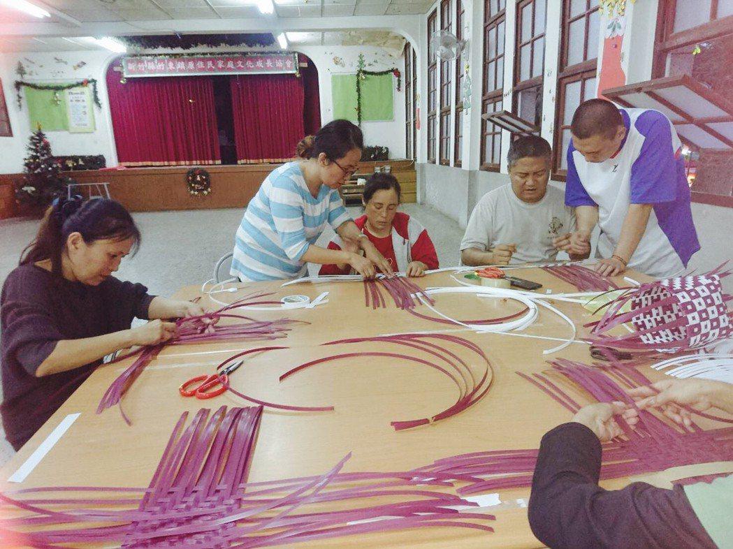 部落老師張芝綾親自操作編織,族人在旁學習、模仿,引以為傲「這是部落傳統的特色技藝...