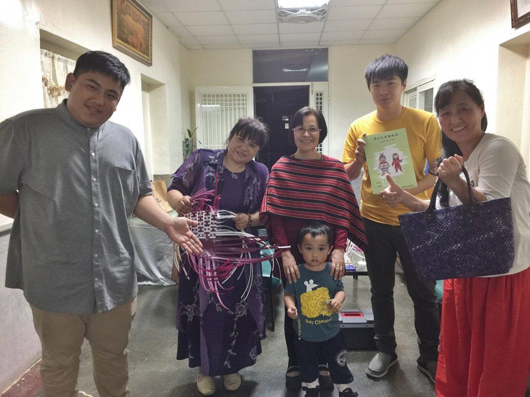 發起人張少軍(左一)是22歲的八年級生,利用天主堂的空間,號召對泰雅文化有興趣的...