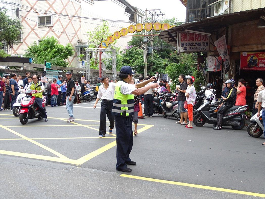 警方努力疏導交通。記者江孟謙/攝影