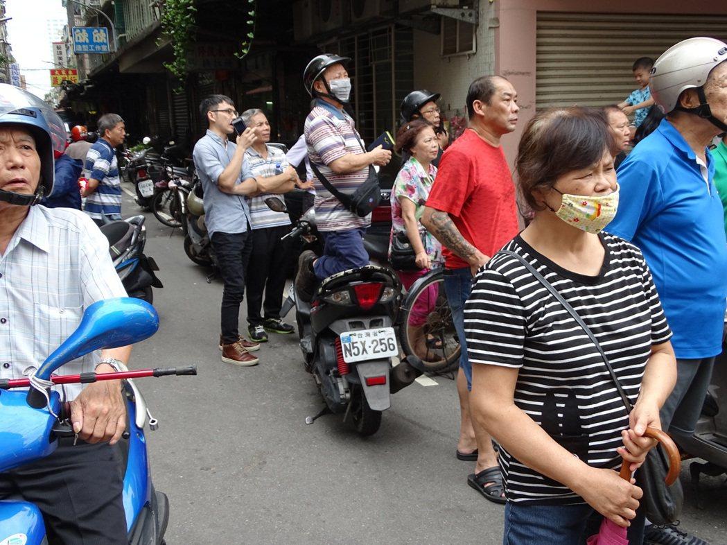 民眾為了搶拍跪在機車椅墊上。記者江孟謙/攝影