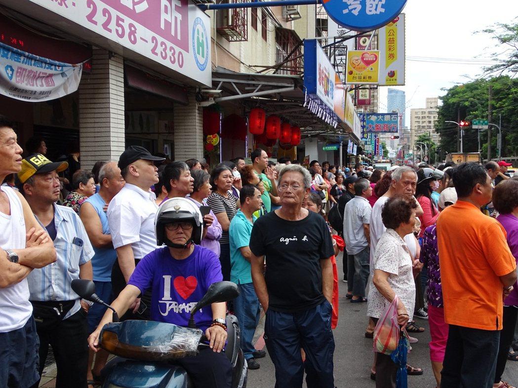 新海路上聚集大量看熱鬧民眾。江孟謙/攝影