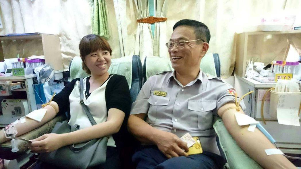 台南市警局長黃宗仁(右)捲袖捐血,期許捐血這項公益行動永不中斷。記者邵心杰/翻攝
