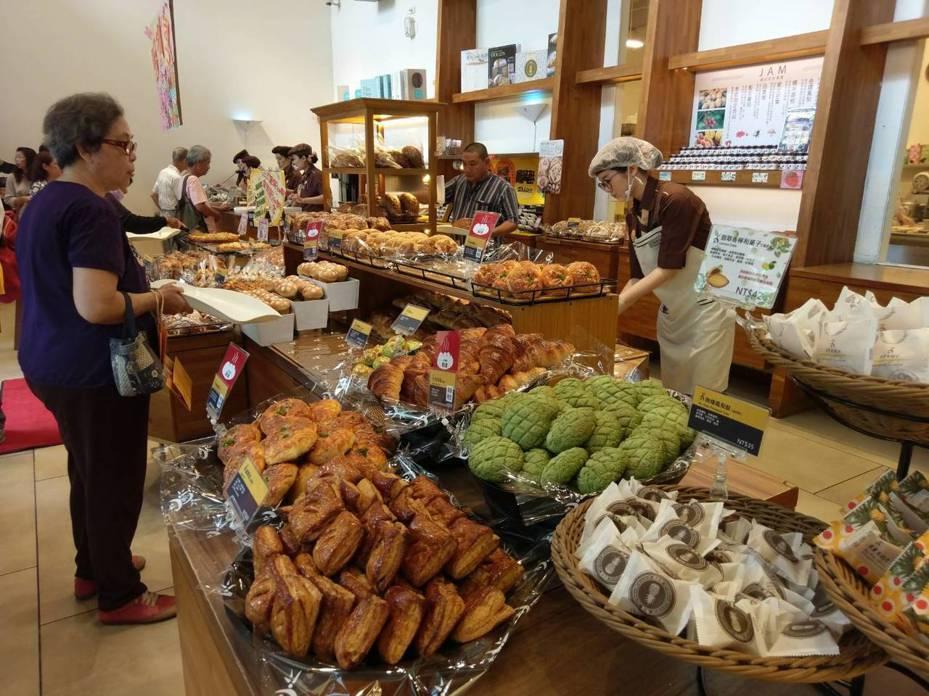 世界麵包冠軍吳寶春的麵包店昨天起全面喊漲,有9成以上麵包分別漲5到10元 。記者謝梅芬/攝影