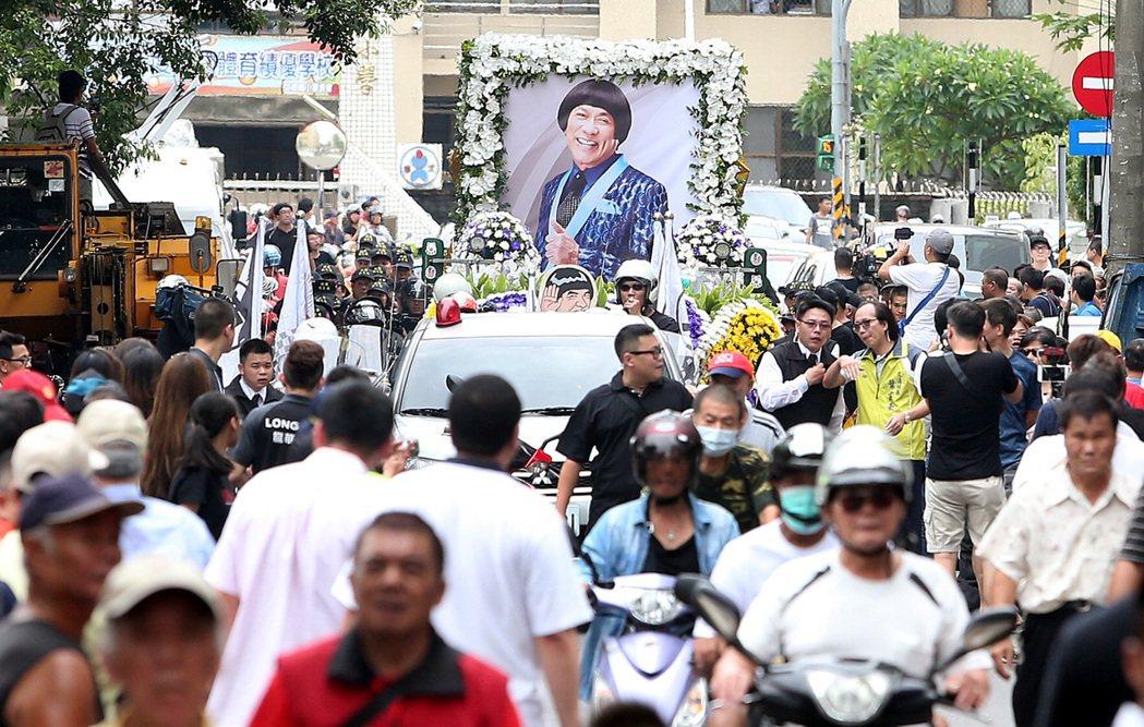 豬哥亮上午舉辦告別式,下午舉行路祭儀式,讓民眾送豬哥亮最後一程。記者侯永全/攝影