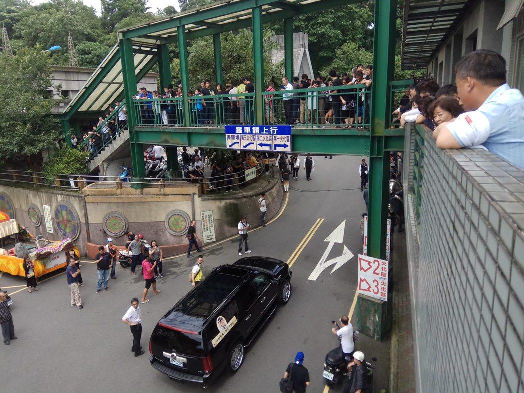 豬哥亮靈車隊伍抵達三峽火化場,依然吸引滿場觀眾。記者施鴻基/攝影