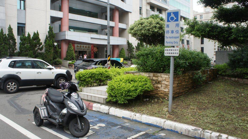 桃園市收費路段上的身障專用停車位即日起將收費,不過前4小時有免費優惠。記者李京昇...