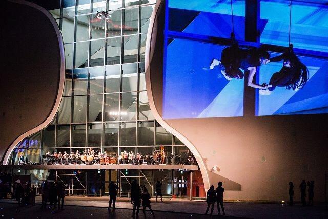 歌劇院2015年跨年時,營運團隊讓樂團在雨遮上表演,踩牌、演出不斷踩踏,恐影響結...