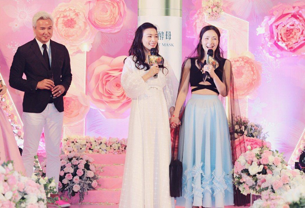 張庭(左2)過生日,好朋友陶虹來慶祝,後是老公林瑞陽。圖/TST庭秘密提供