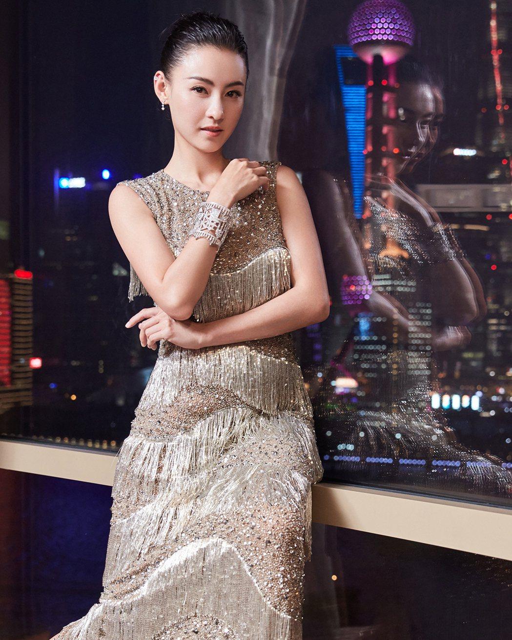 張栢芝穿銀色流蘇禮服,展現華麗風情。圖/MICHAEL KORS提供