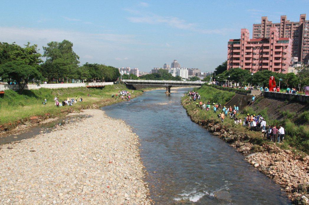 市府用多種方法整治河川,包括利用假日辦淨溪 。記者鄭國樑/攝影