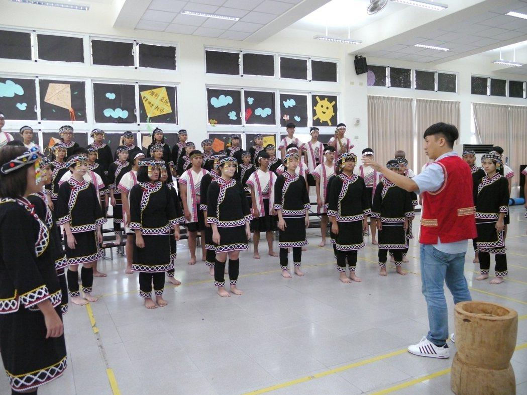 六龜高中合唱團成軍8年,牙醫師陳俊志(右,紅背心者)是合唱團的靈魂人物。記者徐白...