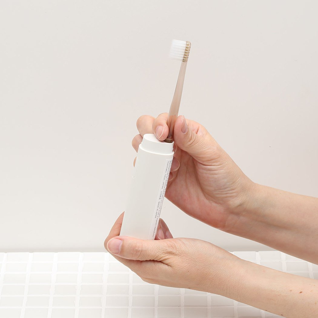 將無印良品販售的牙刷安裝在專屬的音波震動器上,就能作為音波電動牙刷使用。圖/無印...