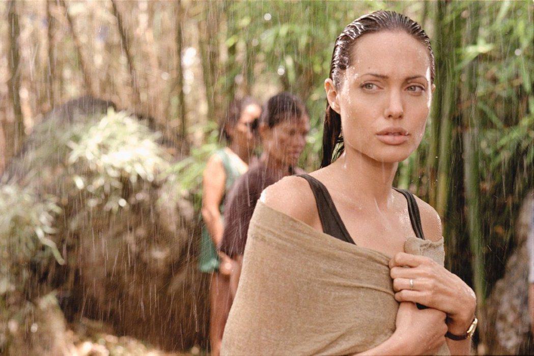 安琪莉娜裘莉在「戰火情人」的演技曾被「金酸莓獎」修理。圖/摘自imdb