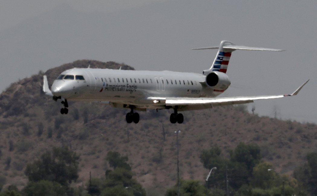 由於過熱造成飛機操作更困難,美國鳳凰城20日氣溫飆升到攝氏49度,多架班機被取消...