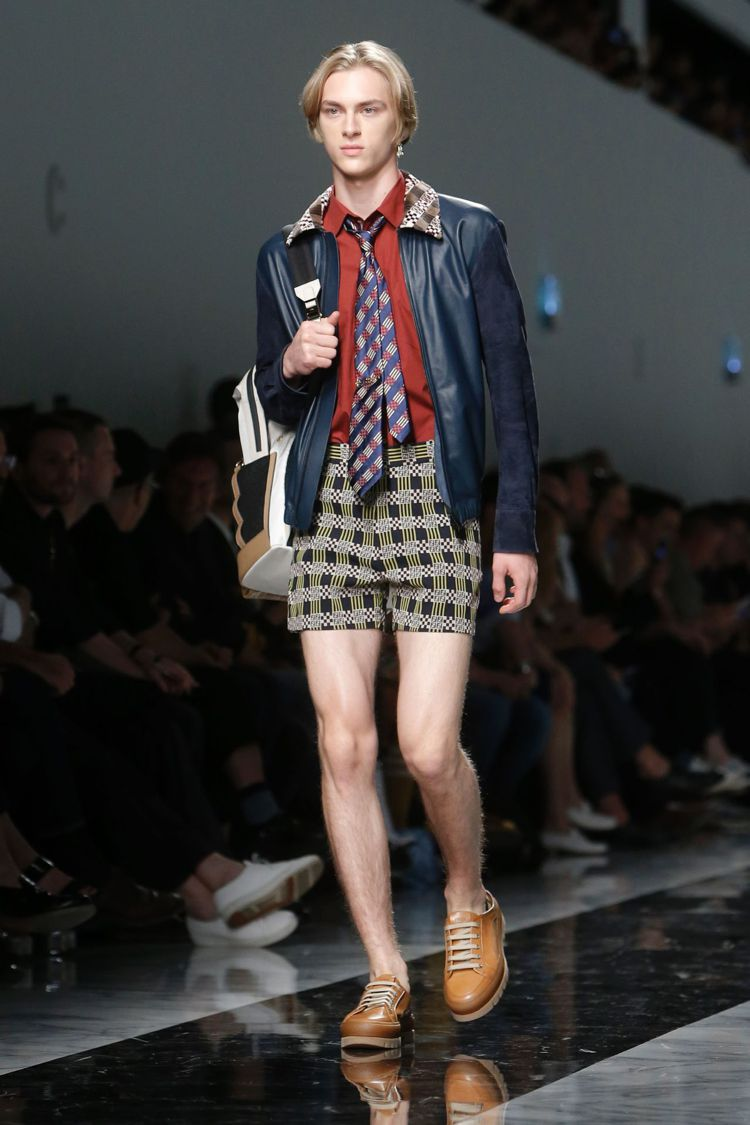 Fendi 2018春夏男裝,以短褲搭配西上裝和領帶,展現混搭趣味。圖/擷自af...