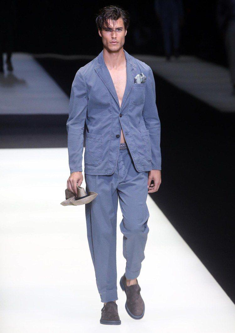Giorgio Armani重現經典義式西裝剪裁,揮灑休閒的度假風情。(歐新社)