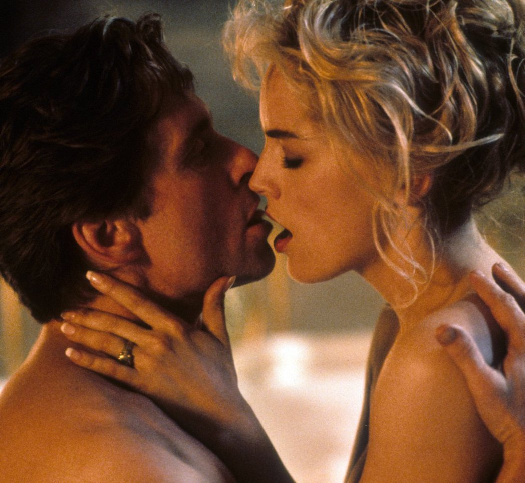 「第六感追緝令」麥克道格拉斯與莎朗史東的激烈床戲,引發爭議。圖/摘自imdb