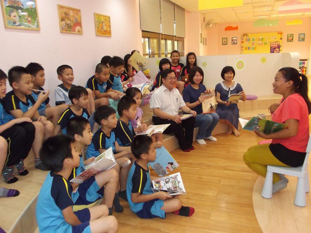 新住民媽媽培訓成為孩子學校的國際志工。記者謝恩得/攝影