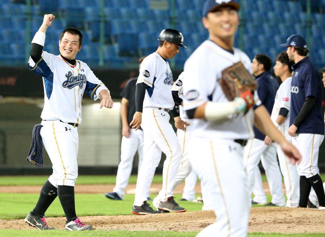 中華職棒今天在桃園棒球場舉行獅猿戰,Lamigo桃猿隊以6:3擊敗統一獅,賽後L...