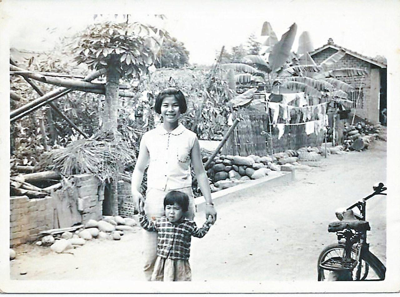 台中霧峰峰谷村舊貌,賴鈺婷的母親和母親的妹妹,推估為民國五十五年前後。 賴鈺婷/...