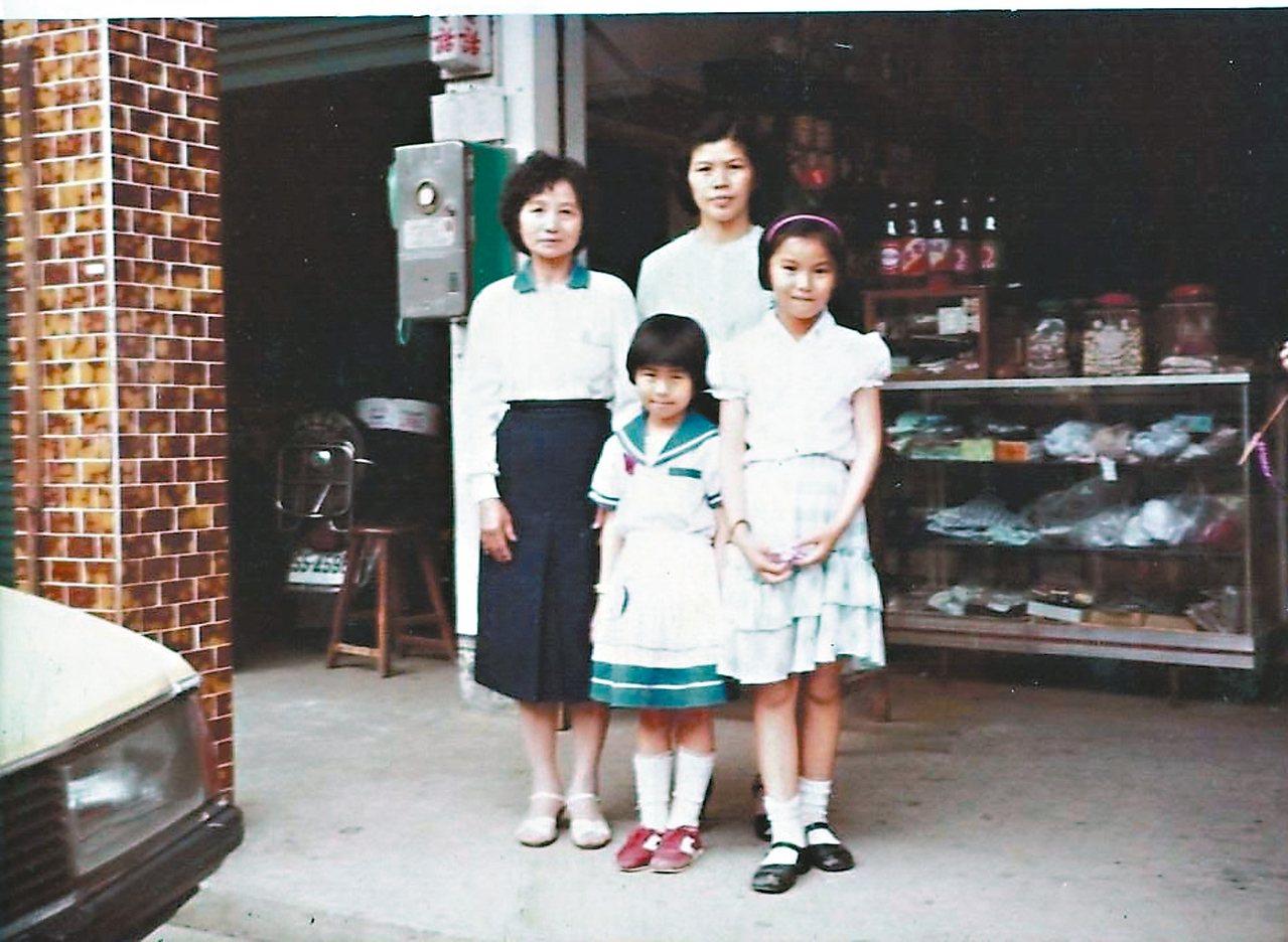 賴鈺婷外婆家位於峰谷村的雜貨店舊貌。前排中為賴鈺婷,後為她的母親。 賴鈺婷/圖片...