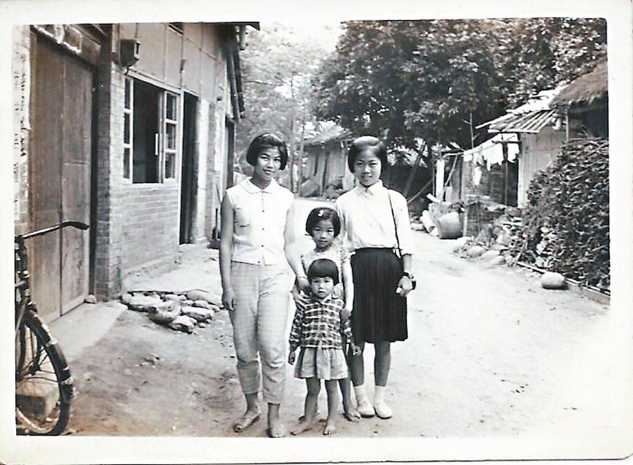 人物左為賴鈺婷母親,左邊屋舍為擺放機具、烘焙龍眼的所在。 賴鈺婷/圖片提供