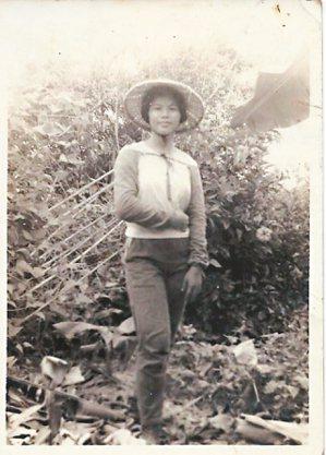身為長女的賴鈺婷母親,少女時期協助山林農事。 賴鈺婷/圖片提供