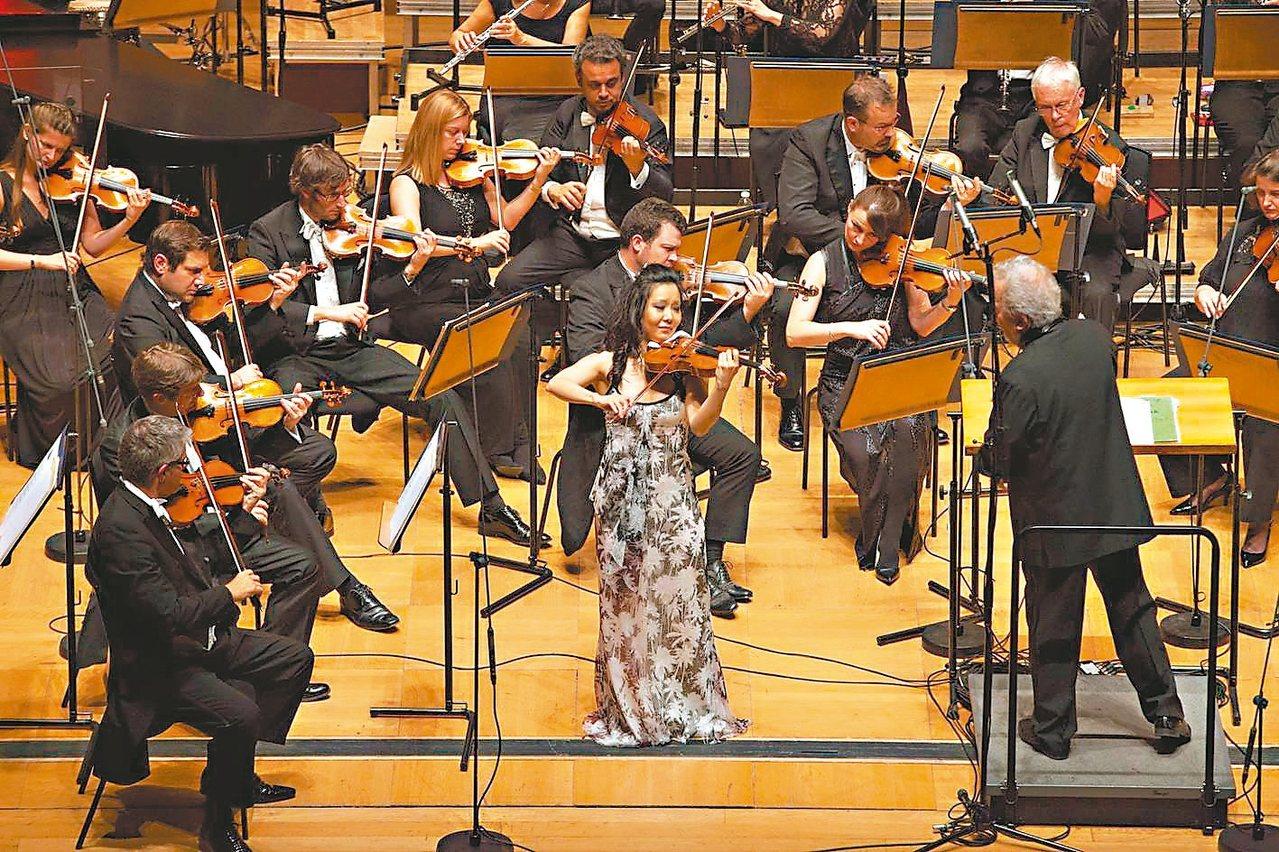 華裔天才小提琴家侯以嘉首次來台,與英國皇家愛樂管弦樂團合作華人世界最知名的小提琴...