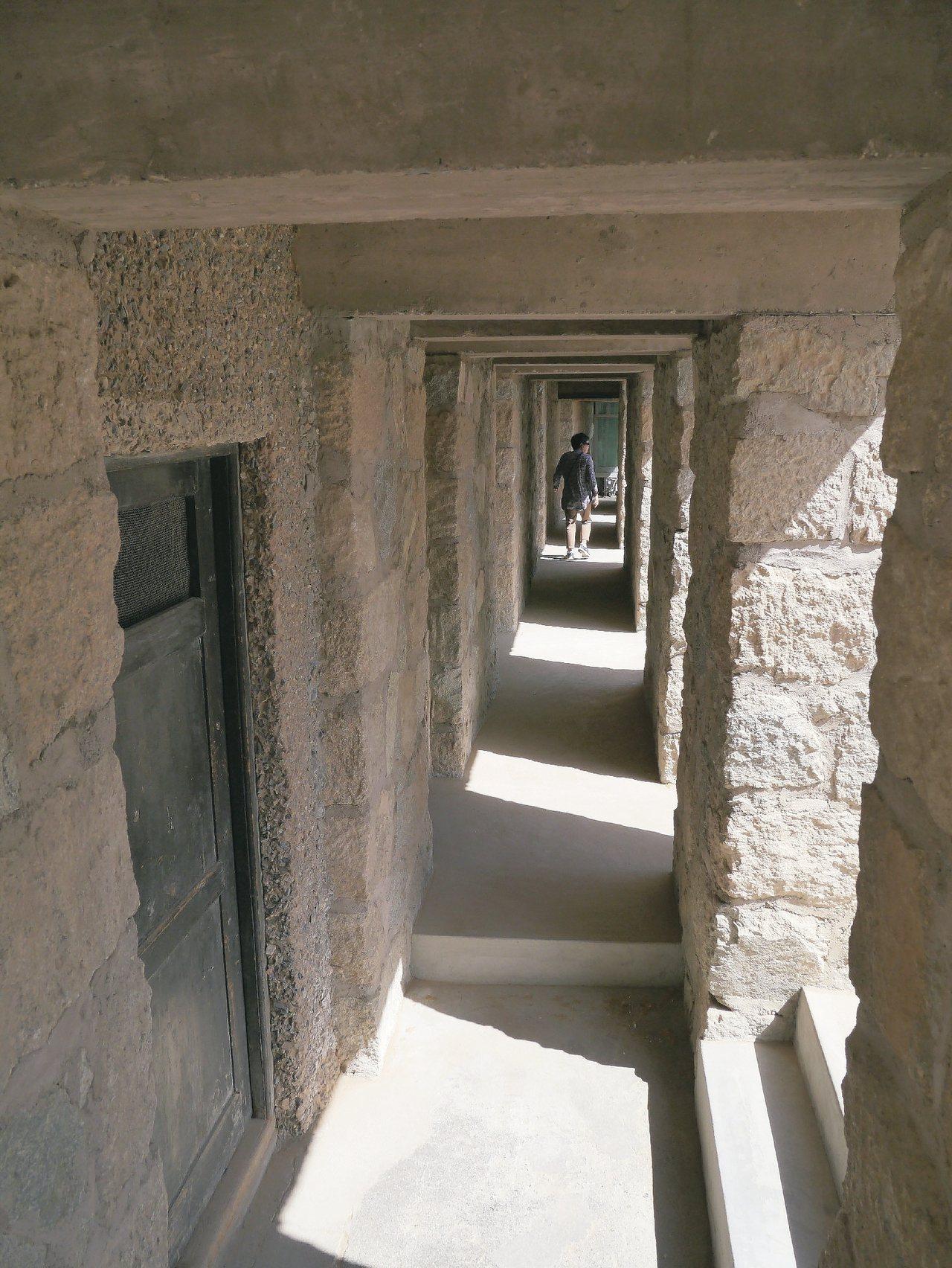 莫高窟洞窟間的迴廊。 圖/新東方快車提供