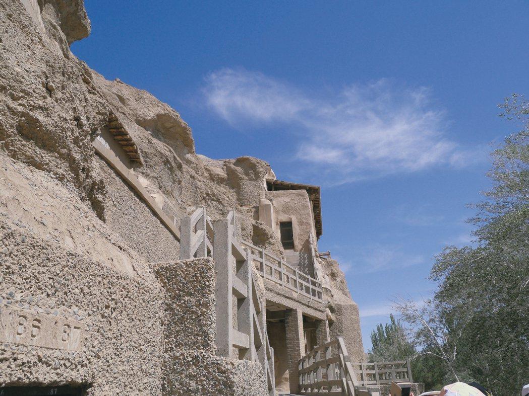 洞窟相連,各窟都有不同的故事背景。 圖/新東方快車提供