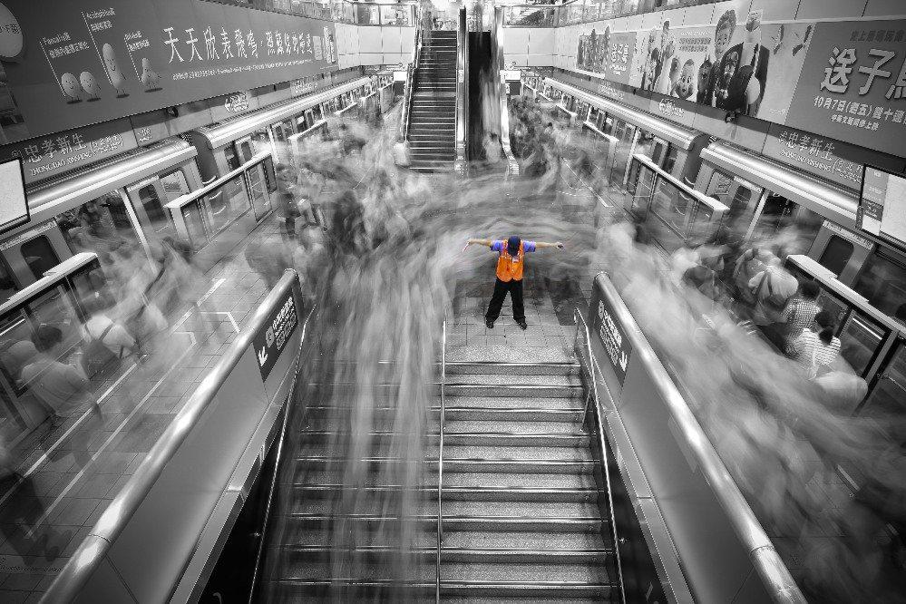 莊敬高職學生魯佳寶,去年底搭捷運回家時,在車站內留意到認真維持乘客動線安全的保全...