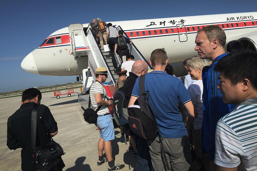 北韓高麗航空班機在平壤搭載外國觀光客。 美聯社
