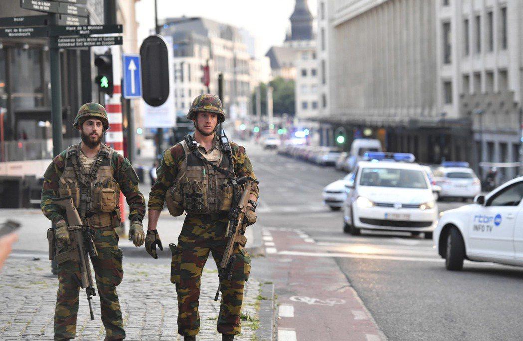 士兵持槍在布魯塞爾街道巡邏。(美聯社)