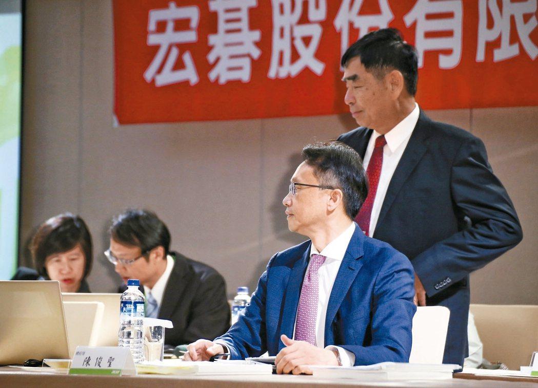 宏碁舉辦106年股東會,董事長黃少華(右)與執行長陳俊聖(右二)出席。 記者陳立...