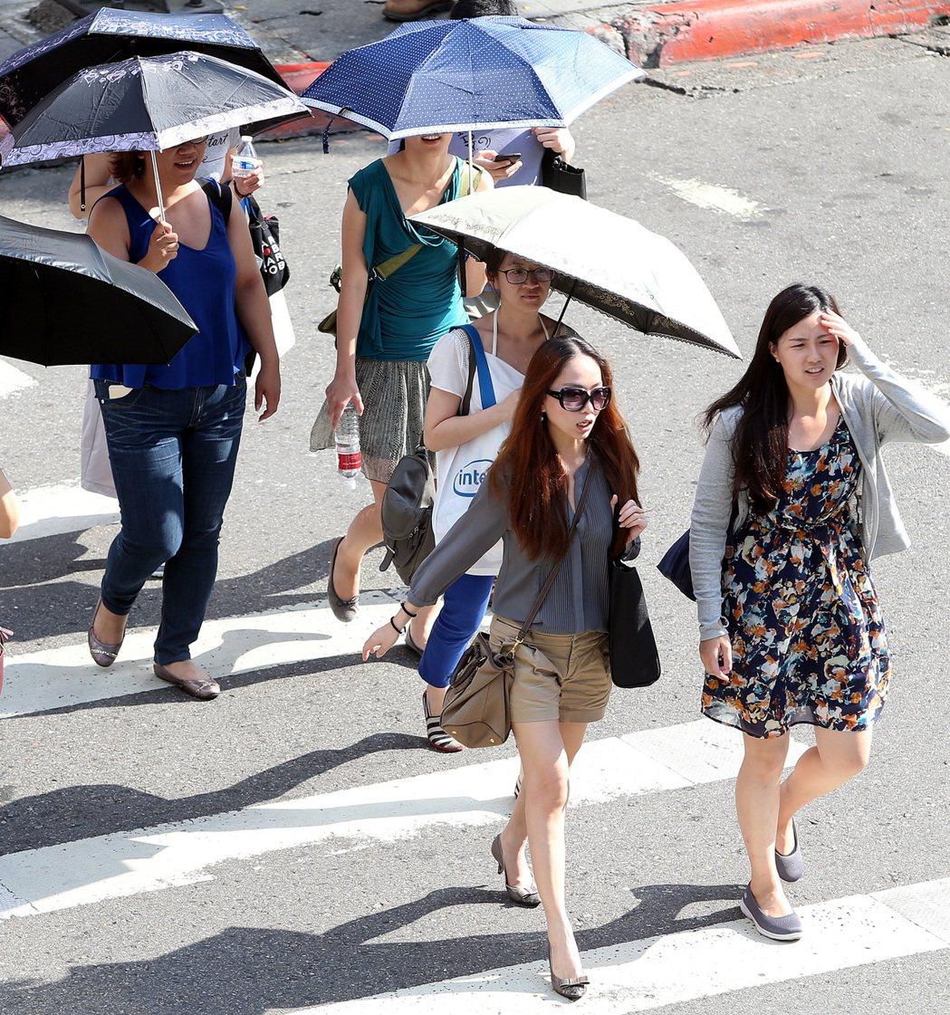 今天白天高溫介於攝氏32到34度,局部地區有35度以上的機率。圖/侯永全
