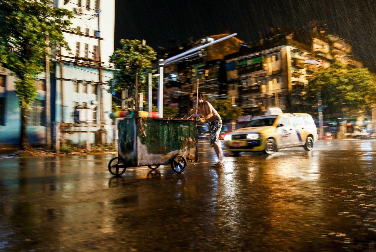 緬甸第一大城仰光,近年外資湧入與經濟不斷發展,但缺電問題迄今仍未解決,阻礙前景。...