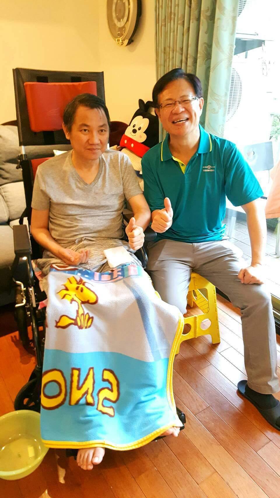 張啟楷今年五月還曾探望陳立宏(左),當時的陳立宏坐在輪椅上身形瘦削。圖/摘自張啟