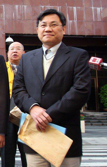 名嘴陳立宏(前)2年前罹患腦瘤,21日不幸傳出死訊。(中央社檔案照片)