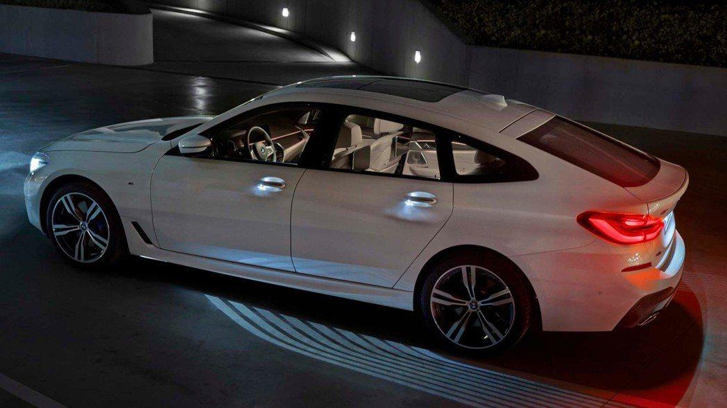 車門的迎賓燈。 摘自BMW