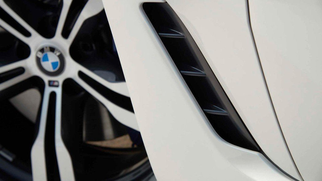 與側裙合而唯一的進氣口(擾流鰭)。 摘自BMW