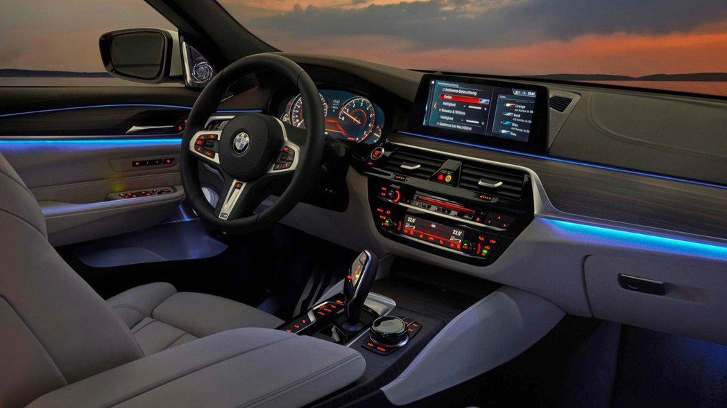 內裝也附有與新大七和新五系列一樣的迎賓燈。 摘自BMW