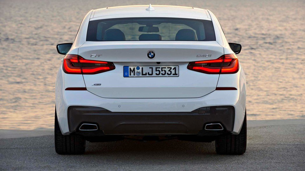 L型尾燈及方型尾管設計。 摘自BMW