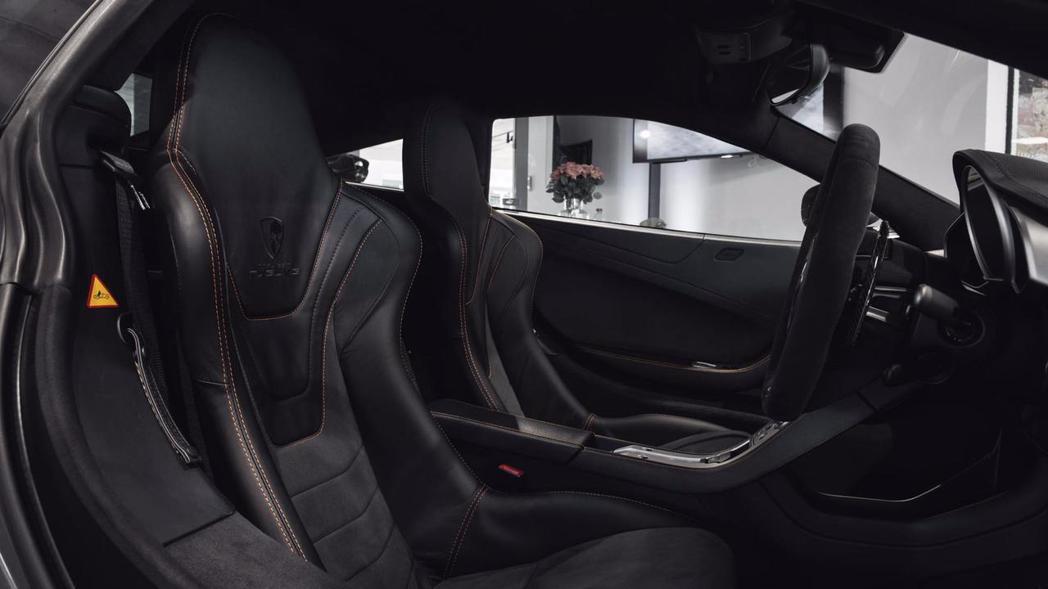 鑲有 Mulgari 字樣的兩張碳纖維桶椅增添不少熱血氛圍。 摘自 Mulgari Automotive