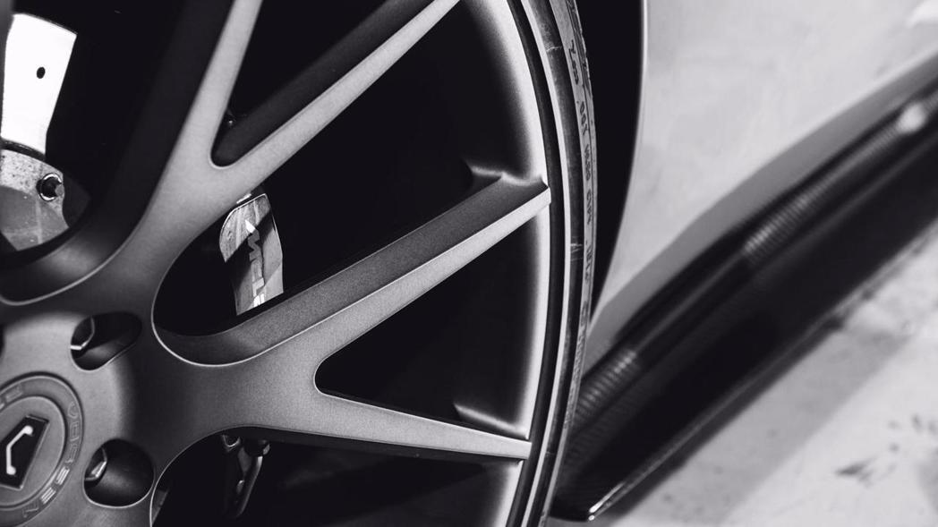 Vossen 輪框的內凹設計是一大特色。 摘自 Mulgari Automoti...