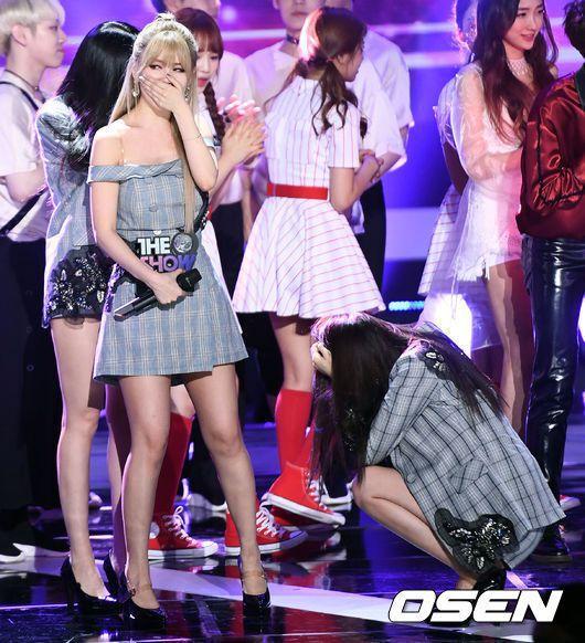 芝妍哭到直接蹲地上。 圖/擷自OSEN