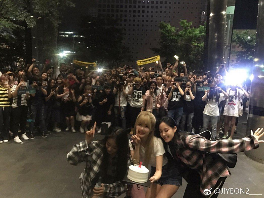 T-ara下班後收到粉絲送上蛋糕祝賀,一同與粉絲合影。 圖/擷自微博